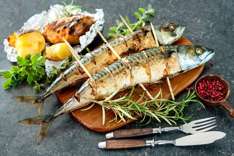 Geroosterde makreelvissen met aardappelen in de schil stock fotografie