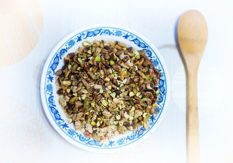 Geroosterde noten met het koken van lepelachtergrond royalty-vrije stock afbeeldingen