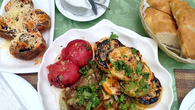 Geroosterde paddestoelen met kaas en geroosterde groenten Heerlijke en voedzame vegetarische die schotel van organisch wordt gema stock foto's