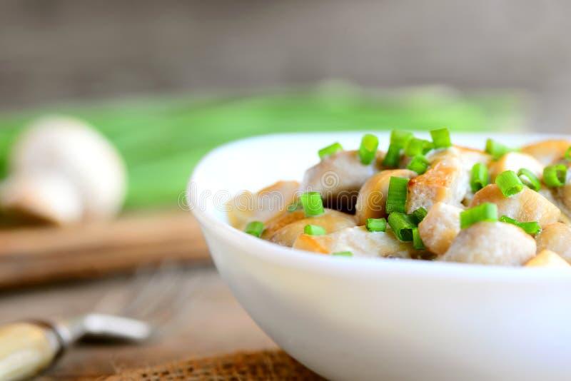 Geroosterde paddestoelenplakken met zure room en verse groene uien in een kom Gezonde vegetarische maaltijd Eigengemaakte gezonde stock afbeeldingen