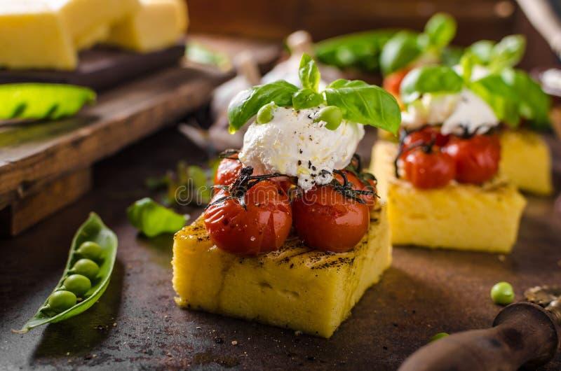 Geroosterde polenta met tomaten royalty-vrije stock foto's