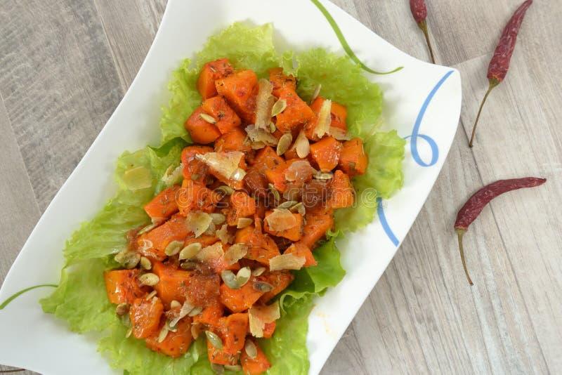 Geroosterde pompoen en salade stock fotografie
