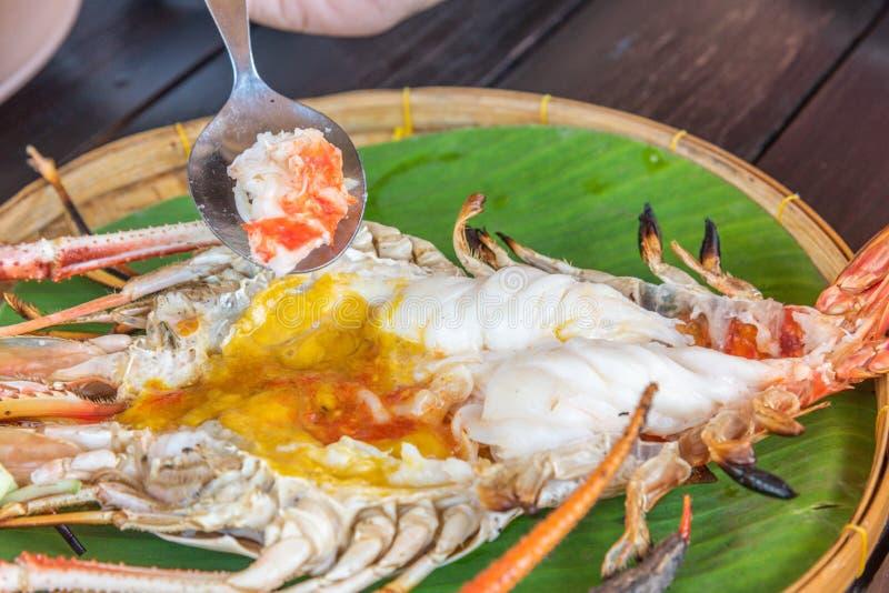 Geroosterde Reuzeriviergarnaal met Thaise kruidige zeevruchtensaus royalty-vrije stock fotografie