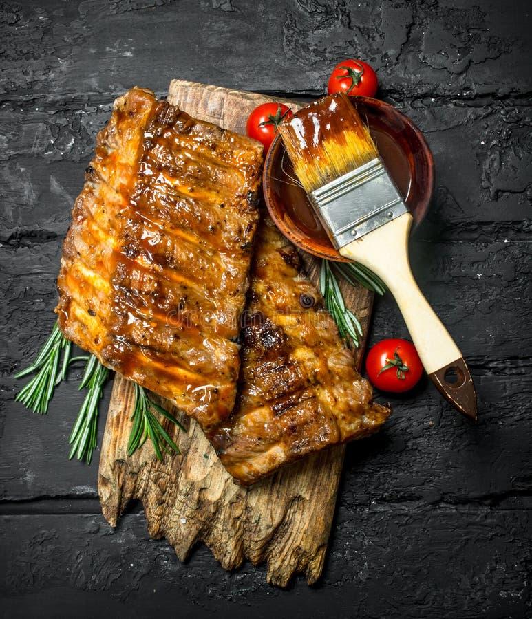Geroosterde ribben met saus stock afbeelding