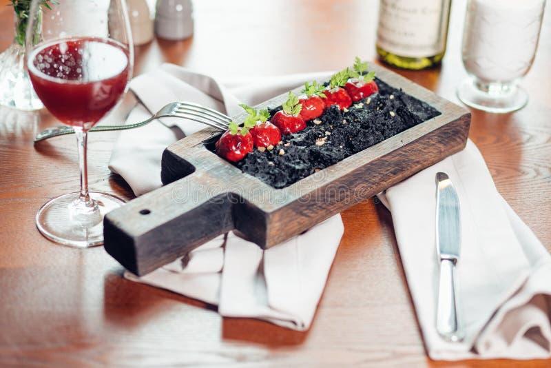 Geroosterde rode rundvleesribben, vlees op been, zwarte rijst op plaat stock fotografie