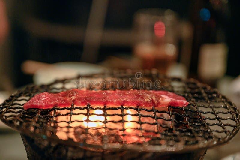 Geroosterde ruwe rundvleesplak bij de vlammende grill royalty-vrije stock foto's