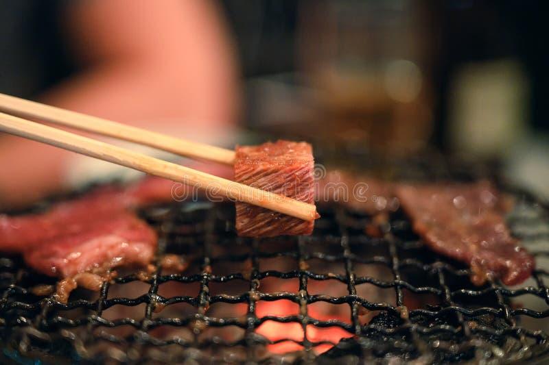 Geroosterde ruwe rundvleesplak bij de vlammende grill stock foto's