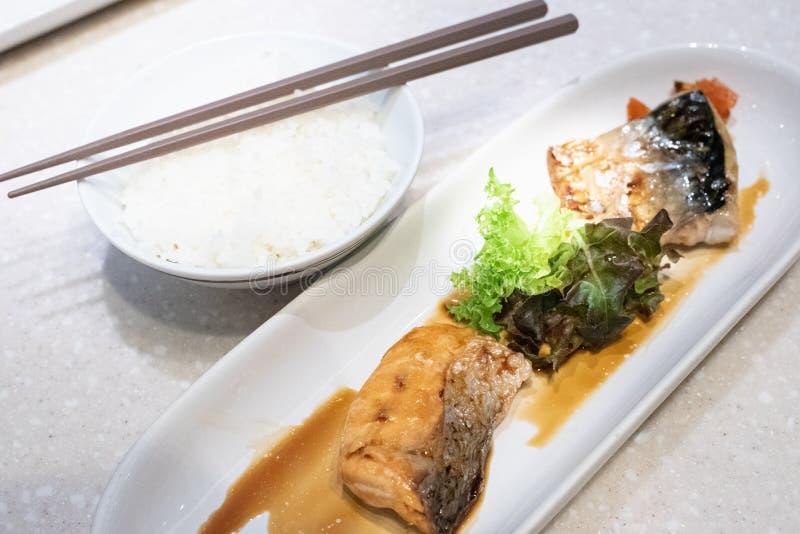 Geroosterde Saba-vissen en van Zalmvissen saus met rijst en eetstokjes op lijst Japans voedsel royalty-vrije stock fotografie