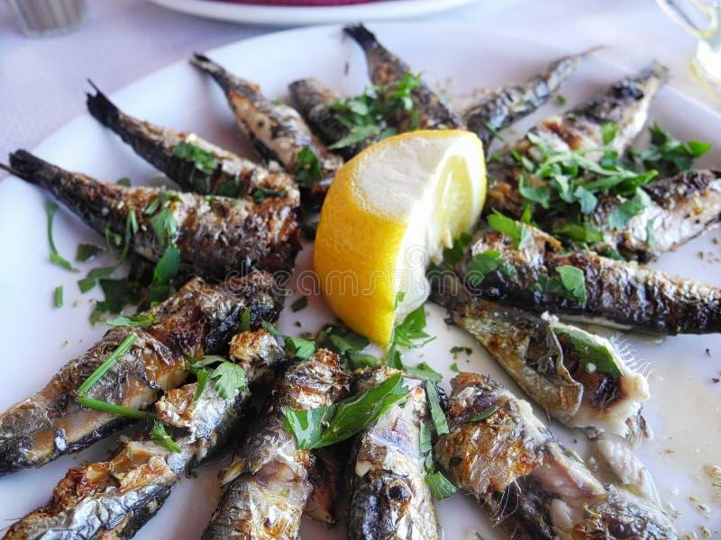 Geroosterde sardines op een plaat stock afbeelding