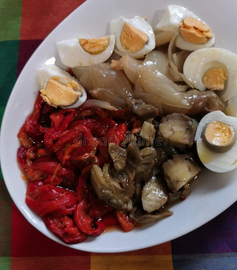 Geroosterde Spaanse pepers, zoete uien, aubergines en gekookte eieren stock afbeeldingen