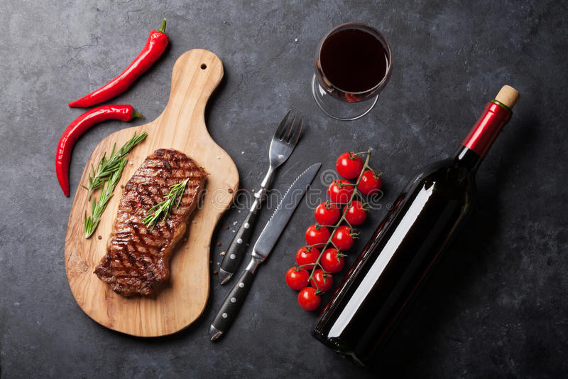 Geroosterde striploin lapje vlees en wijn stock foto
