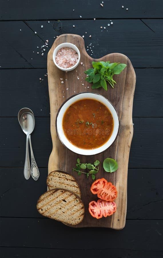 Geroosterde tomatensoep met vers basilicum, kruiden en royalty-vrije stock fotografie