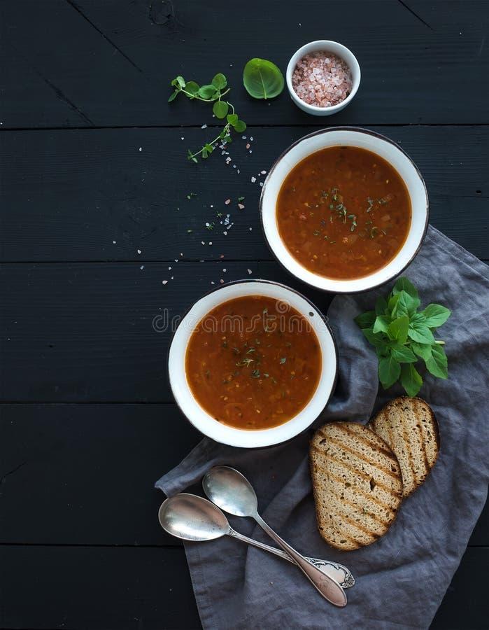 Geroosterde tomatensoep met vers basilicum, kruiden en stock afbeeldingen