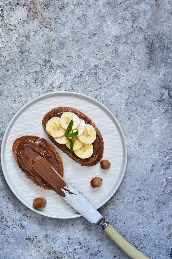 Geroosterde toost met chocoladedeeg en banaan voor ontbijt stock foto