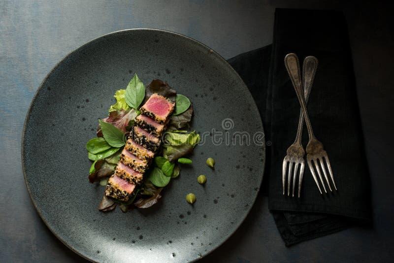 Geroosterde Tuna Steak met Salade en Wasabi-Saus royalty-vrije stock foto's
