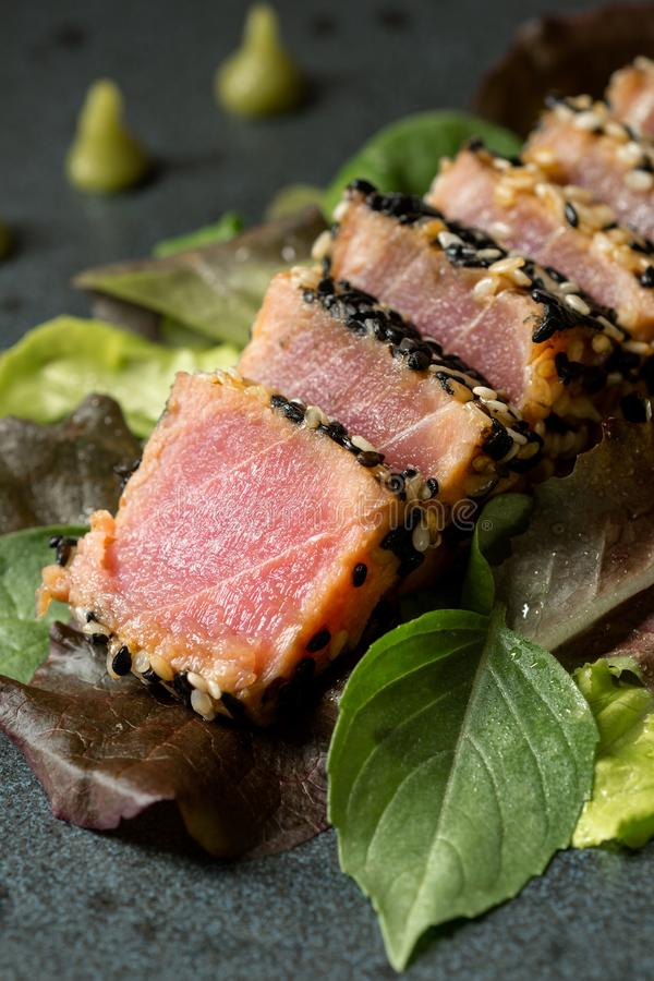Geroosterde Tuna Steak met Salade en Wasabi-Saus royalty-vrije stock afbeelding