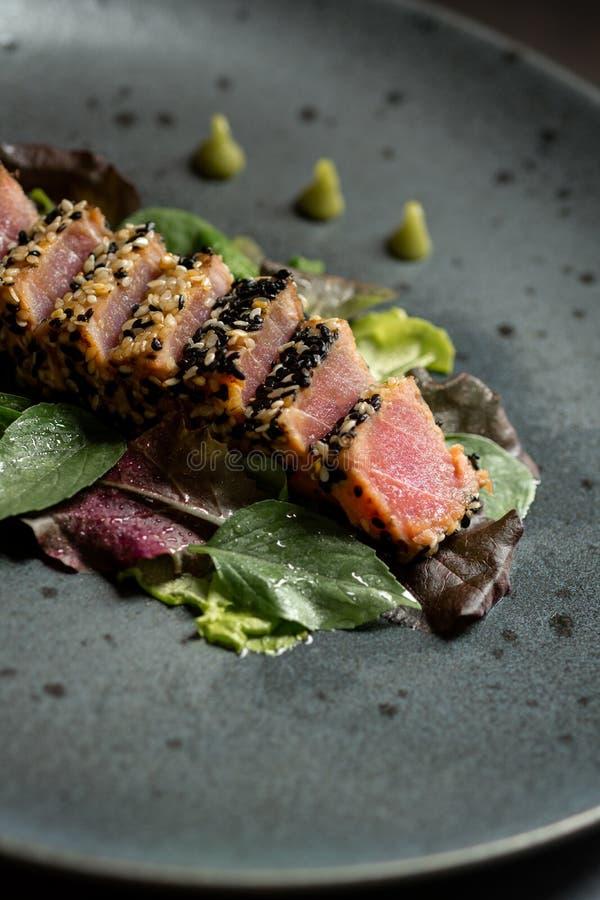 Geroosterde Tuna Steak met Salade en Wasabi-Saus royalty-vrije stock foto