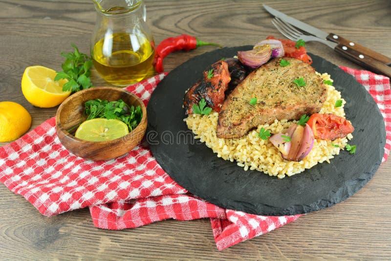 Geroosterde Tuna Steaks met Groenten en Ongepelde rijst - Volledige Receptenvoorbereiding royalty-vrije stock foto