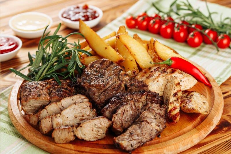 Geroosterde van het het Lapje vleesbraadstuk van het Varkensvleeshaasbiefstuk de Aardappelschotel stock foto's