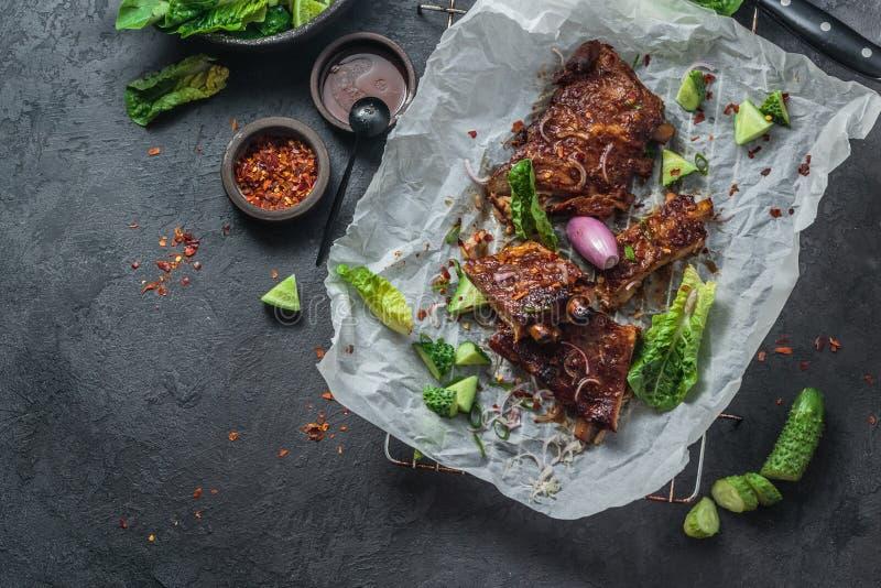 Geroosterde varkensvleesribben met gekregen saus en sla, exemplaarruimte royalty-vrije stock foto