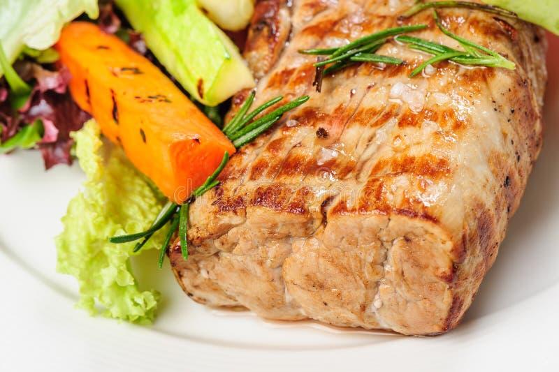 Geroosterde varkensvleesvlees en groenten op plaat stock foto's