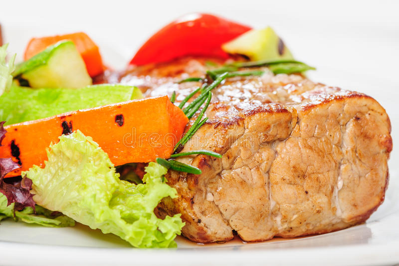 Geroosterde varkensvleesvlees en groenten op plaat royalty-vrije stock fotografie