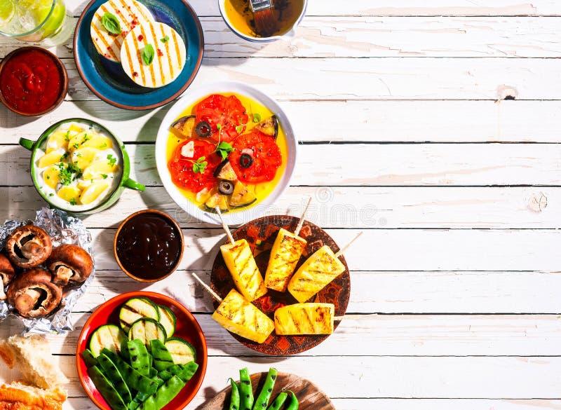 Geroosterde Vegetarische Maaltijd op Picknicklijst stock foto