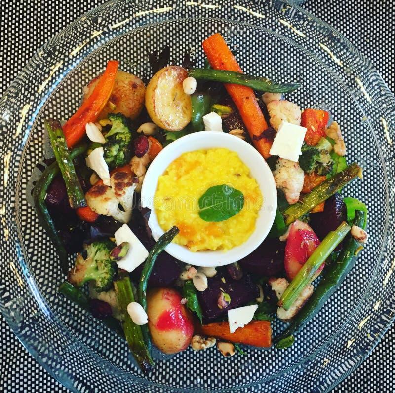 Geroosterde veggies tofu van de de bonenasperge van roosteren-groentenwortelen notenaardappels royalty-vrije stock afbeelding