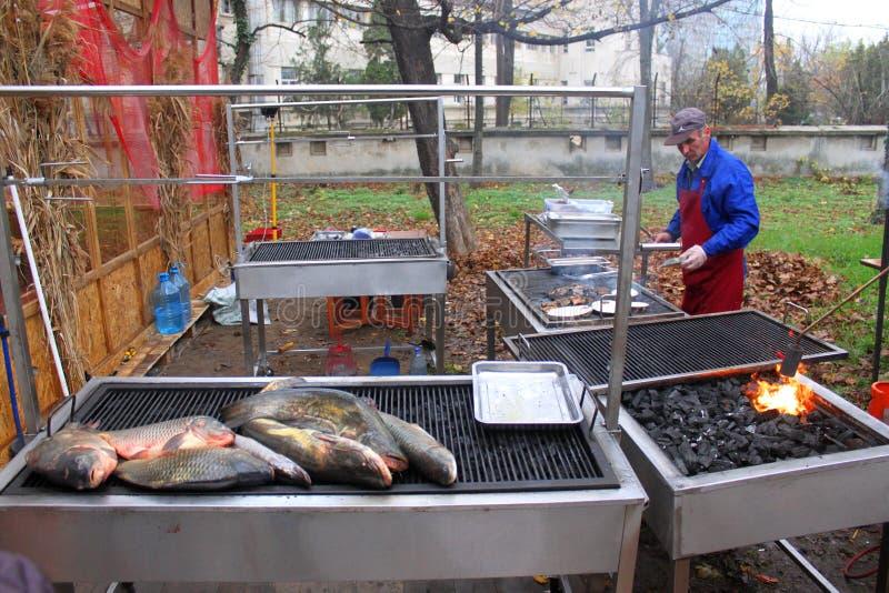 Geroosterde vissen buiten stock foto
