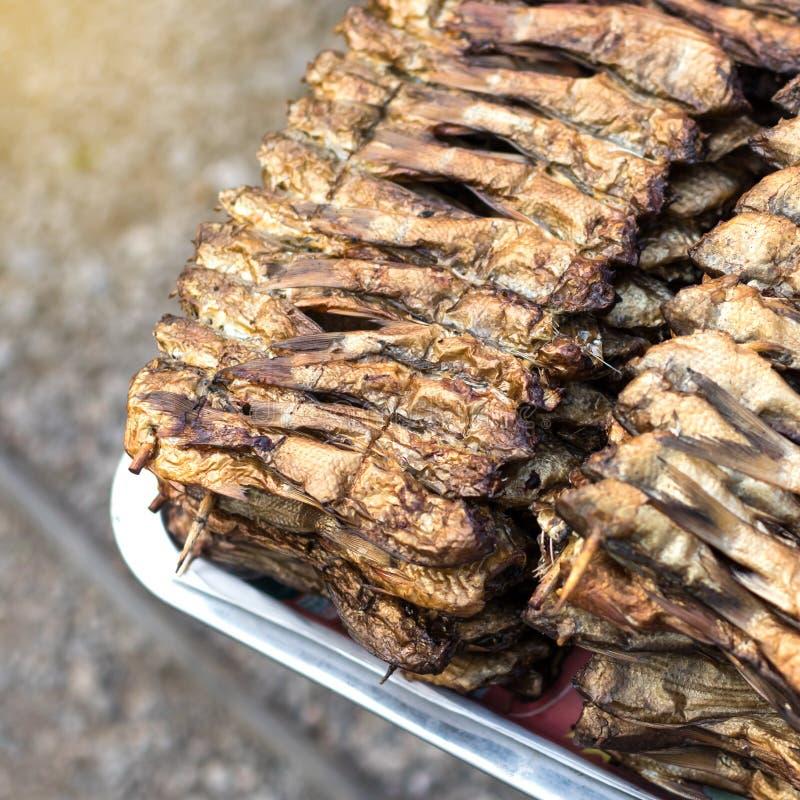 Download Geroosterde Vissen In De Markt Stock Afbeelding - Afbeelding bestaande uit geroosterd, barbecue: 107707685