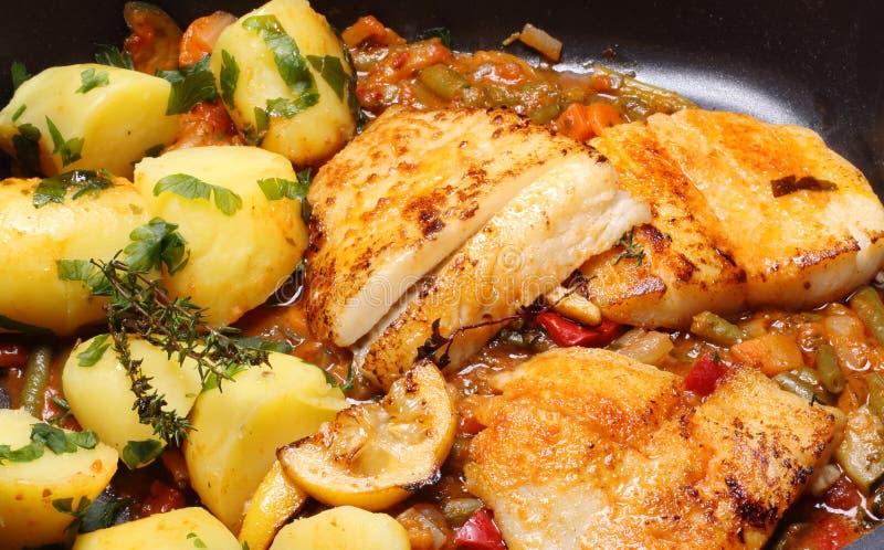 Geroosterde vissen en aardappels royalty-vrije stock foto