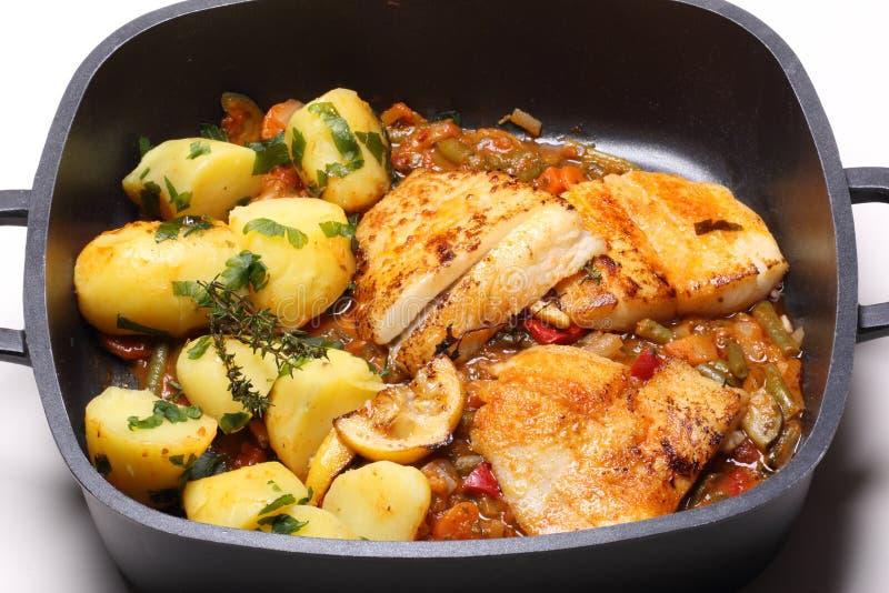 Geroosterde vissen en aardappels stock foto's