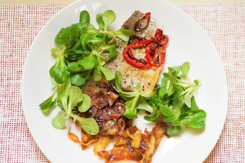 Geroosterde vissen, geroosterde aardappel steipe en lambsla stock afbeeldingen