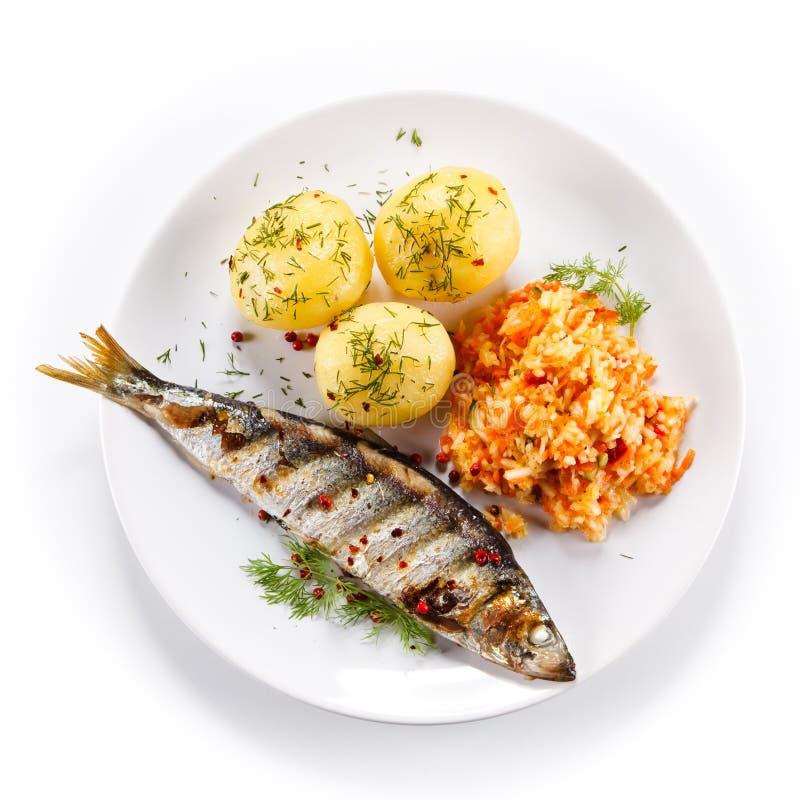Geroosterde vissen met aardappels royalty-vrije stock afbeeldingen