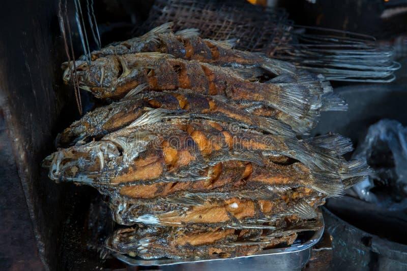 Geroosterde vissen met dicht omhoog kruiden op brand Grillvissen bij de markt in Thailand stock foto