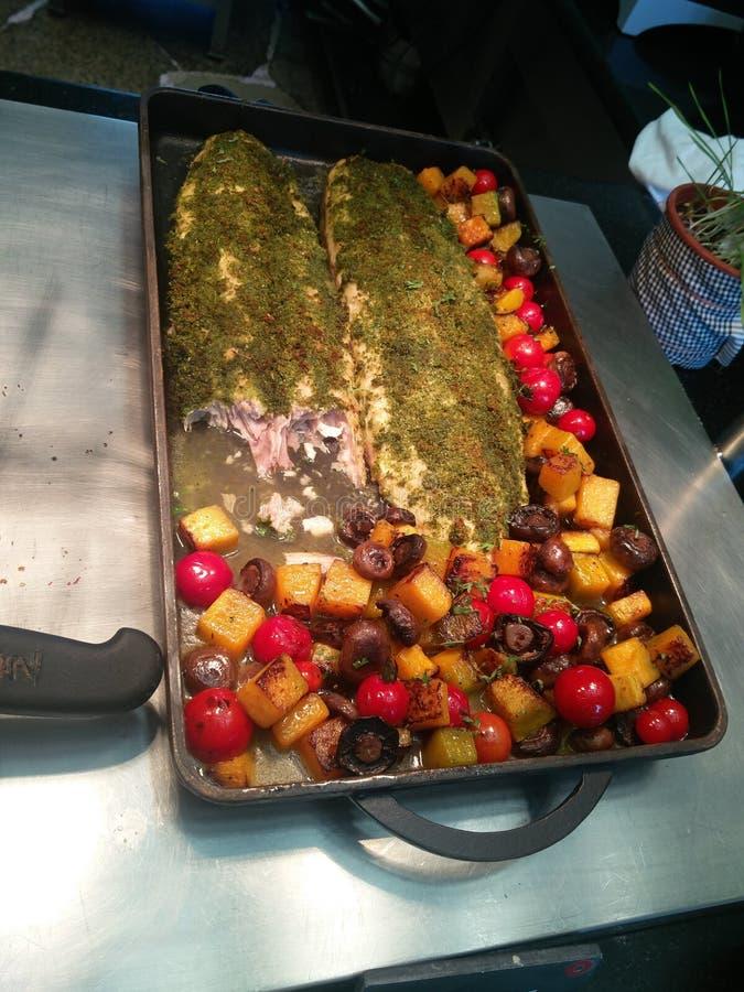 Geroosterde vissen met salade stock foto's