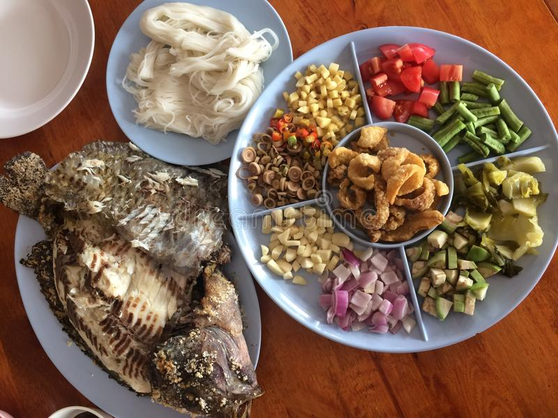Geroosterde Vissen met vetable kruiden Thais kruid stock foto