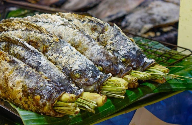 Geroosterde vissen op brand bij straatmarkt royalty-vrije stock afbeeldingen