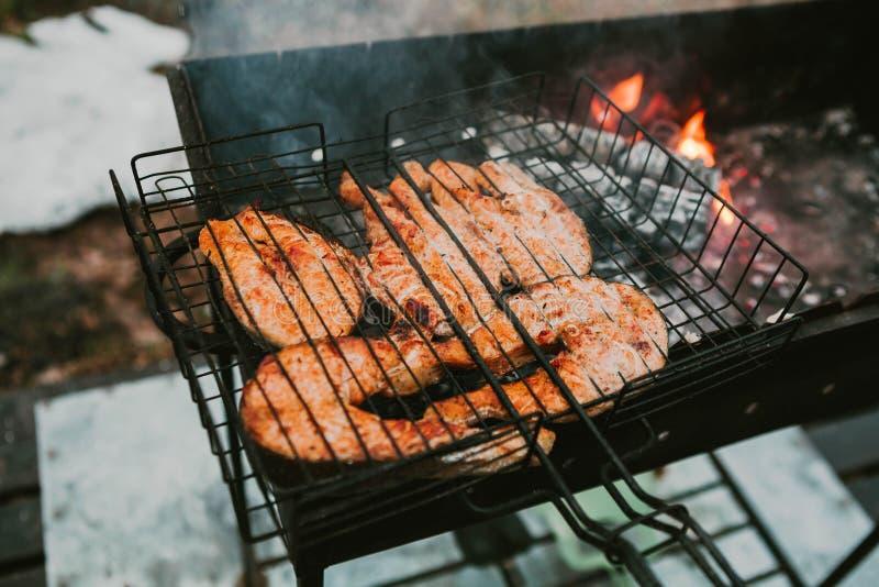 Geroosterde vissen op de grill stock afbeelding