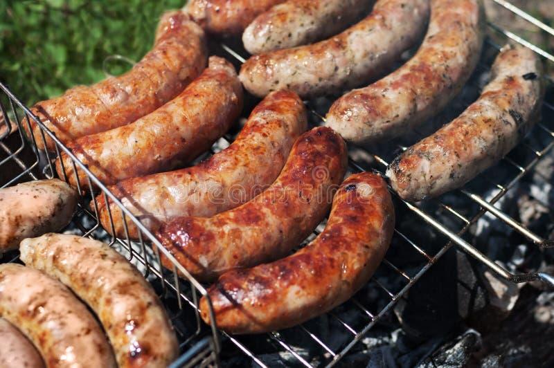 Geroosterde worsten Close-up van worst op de grill Eigengemaakte worsten Beierse worsten royalty-vrije stock foto
