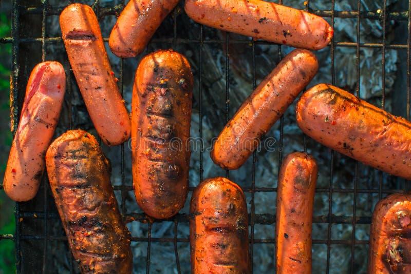 Geroosterde worsten gebraden close-up stock foto's