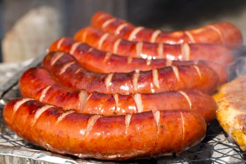 Geroosterde worsten op de barbecue stock foto's