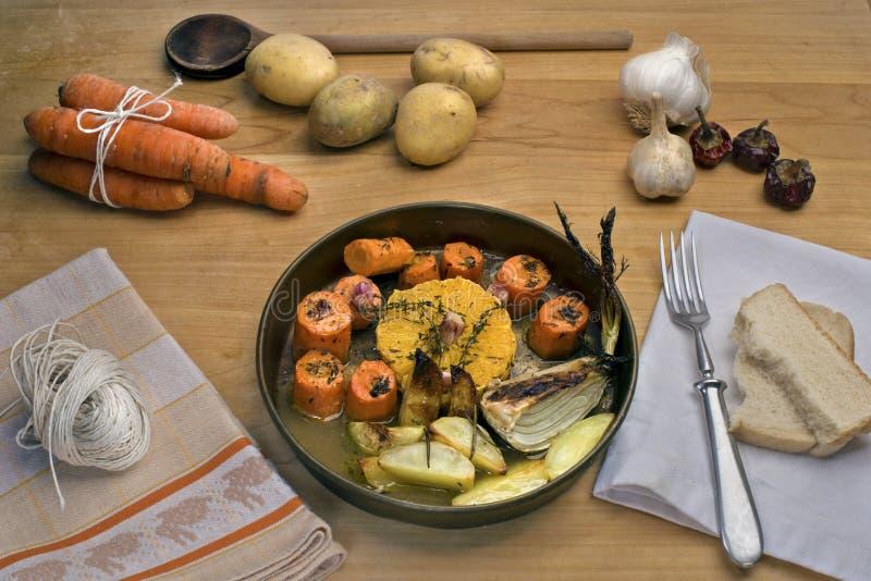 Geroosterde wortelen met sinaasappel, knoflook en thyme royalty-vrije stock foto