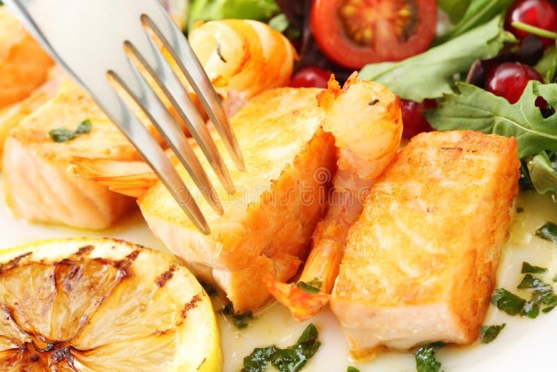 Geroosterde zalm en garnalen met verse salade stock foto