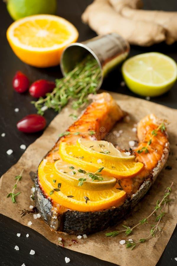 Geroosterde zalm, kalk, sinaasappel en gember royalty-vrije stock foto's