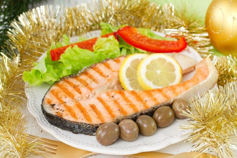 Geroosterde zalm met salade stock afbeeldingen