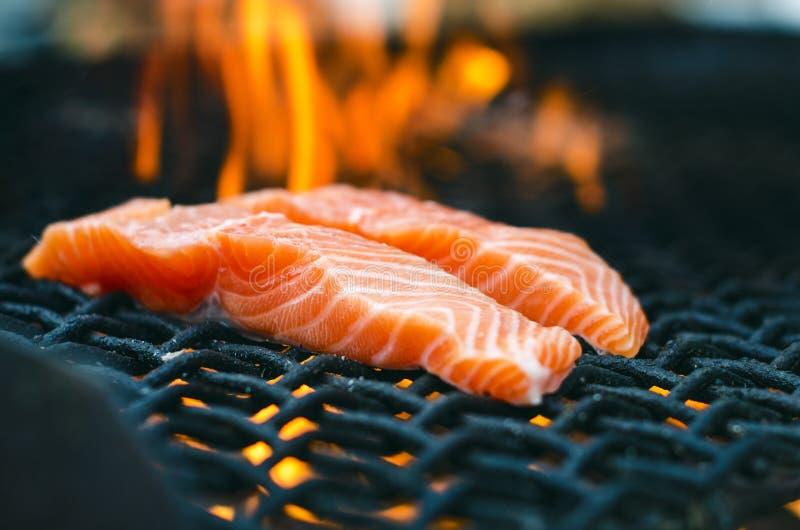 Geroosterde zalmlapjes vlees op een grill De grill van de brandvlam Restaurant en tuinkeuken Tuinpartij Gezonde schotel stock afbeelding