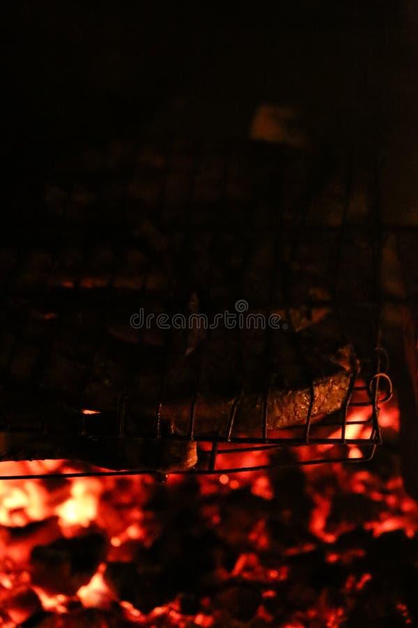 Geroosterde zalmlapjes vlees op een grill De grill van de brandvlam Restaurant en tuinkeuken stock foto