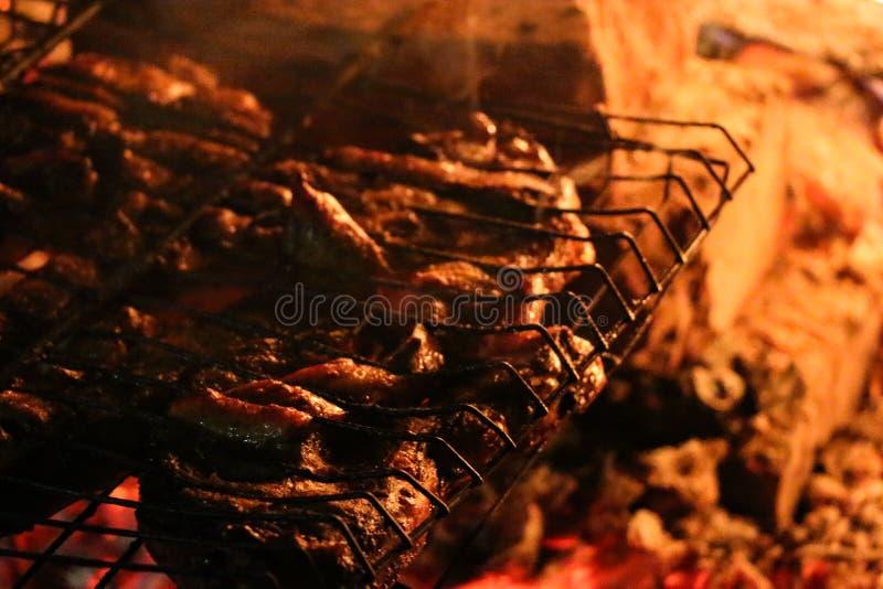Geroosterde zalmlapjes vlees op een grill De grill van de brandvlam Restaurant en tuinkeuken stock fotografie