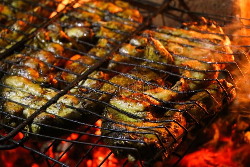 Geroosterde zalmlapjes vlees op een grill De grill van de brandvlam Restaurant en tuinkeuken stock afbeeldingen